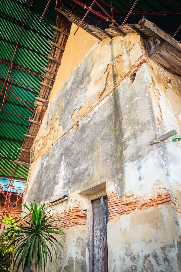 La vista di rinnova le vecchie costruzioni tradizionali del tempio Rinnovamento o fotografie stock