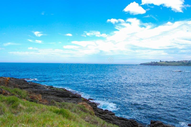 La vista di riva dell'oceano con il cielo nuvoloso a Wollongong, Nuovo Galles del Sud, Australia fotografia stock libera da diritti