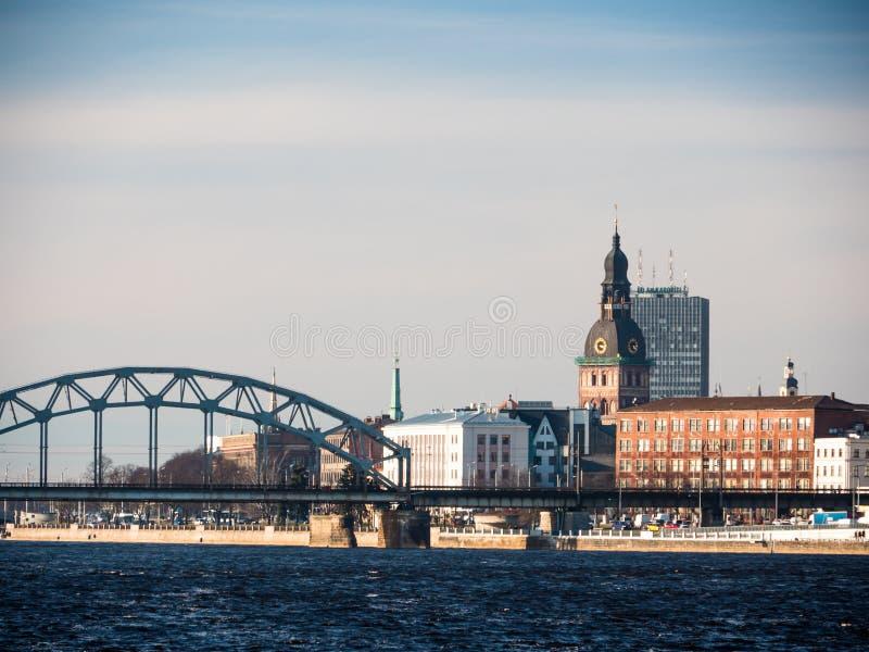 La vista di sera del Daugava della banchina rive a Riga fotografia stock libera da diritti