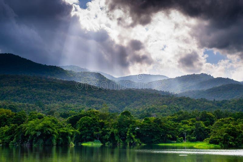 La vista di si rannuvola le montagne ed il lago fotografia stock