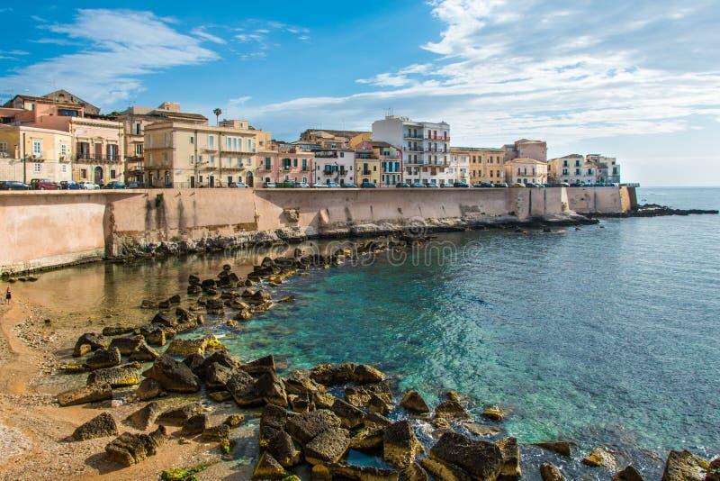 La vista di Siracusa, Ortiggia, Sicilia, Italia, alloggia l'affronto del mare immagine stock libera da diritti