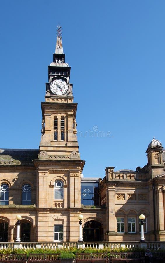 la vista di strada dello storico atkinson, a sud di Lord Street, con una torre di orologeria alta contro un cielo estivo blu fotografia stock libera da diritti