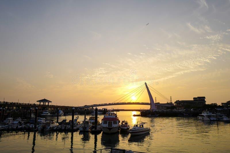 La vista di tramonto del molo del pescatore di Tamsui È un punto scenico alla punta occidentale del distretto di Tamsui, città di fotografia stock libera da diritti