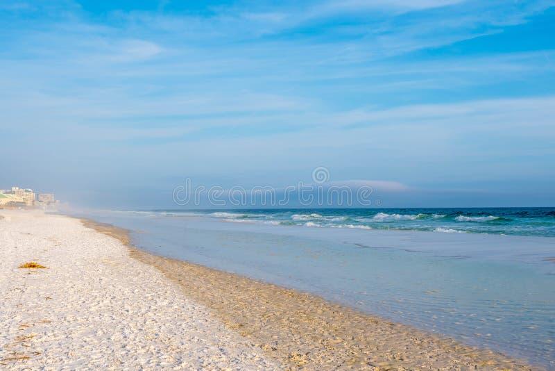 La vista di trascuratezza della riva in Destin, Florida fotografie stock