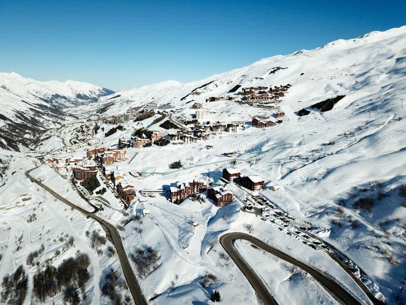 La vista e la strada del fuco della valle della località di soggiorno dell'inverno accedono a immagini stock libere da diritti
