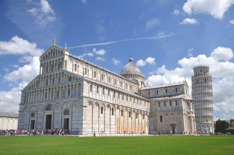 La vista eccezionale della torre pendente sul quadrato dei miracoli a Pisa, Italia fotografia stock