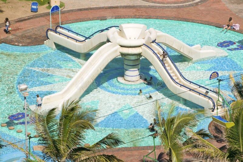 La vista elevada de la piscina de agua resbala en Durban, Suráfrica fotografía de archivo