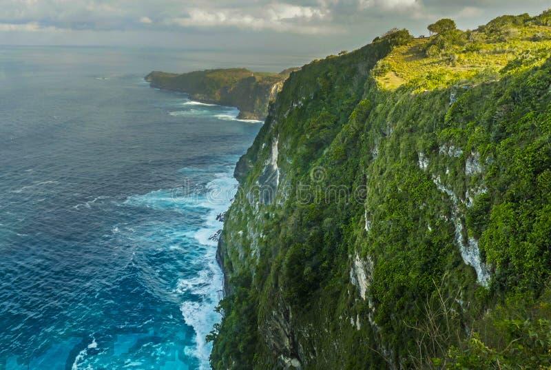 La vista escénica abrumadora de la costa costa tropical de la isla con el acantilado de la roca y la playa del paraíso del desier imágenes de archivo libres de regalías