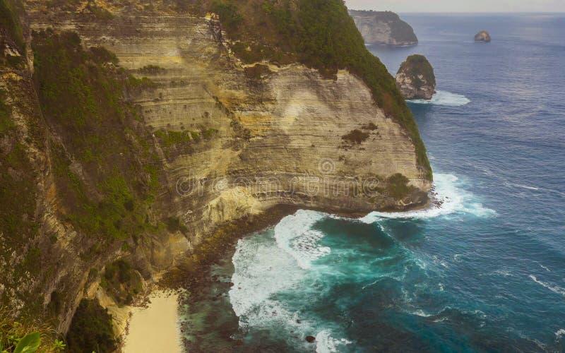 La vista escénica abrumadora de la costa costa tropical de la isla con el acantilado de la roca y la playa del paraíso del desier fotografía de archivo libre de regalías