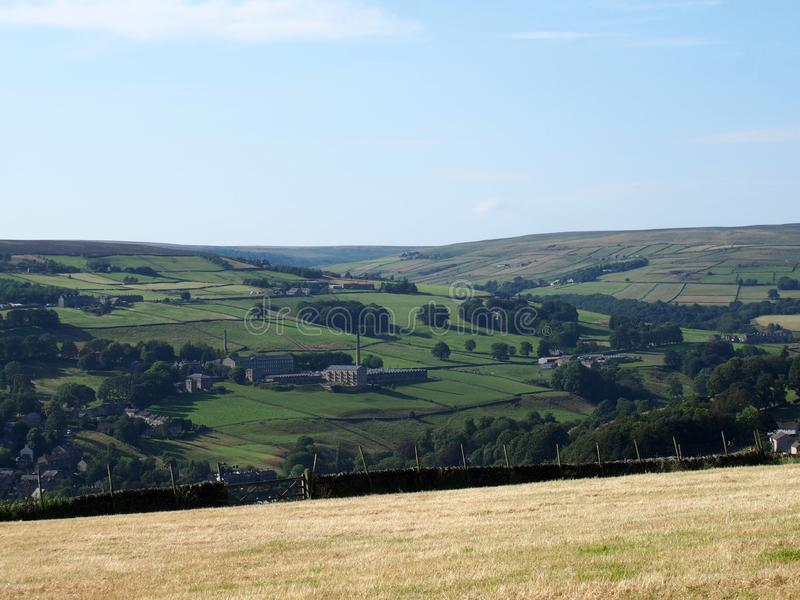 La vista escénica del campo de West Yorkshire con el pueblo de luddenden en la parte inferior del valle de calder con los edifici imagenes de archivo
