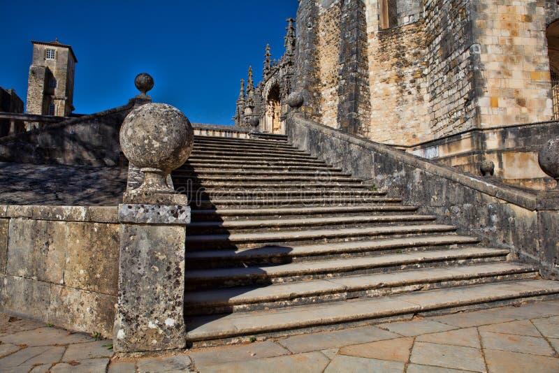 La vista esteriore del giro ha fortificato la chiesa dei templars in Tomar - fotografia stock libera da diritti