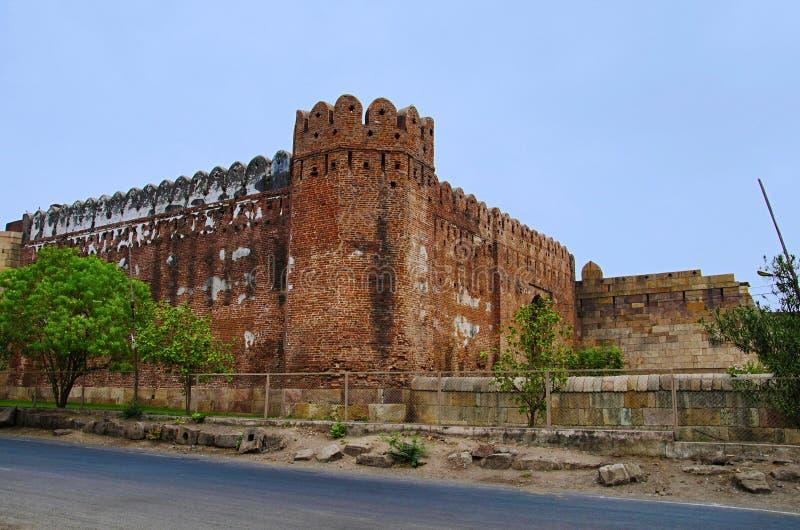 La vista externa de la puerta del sur de Bhadra y de la pared del fuerte de Champaner, situadas en la UNESCO protegió el parque a foto de archivo libre de regalías