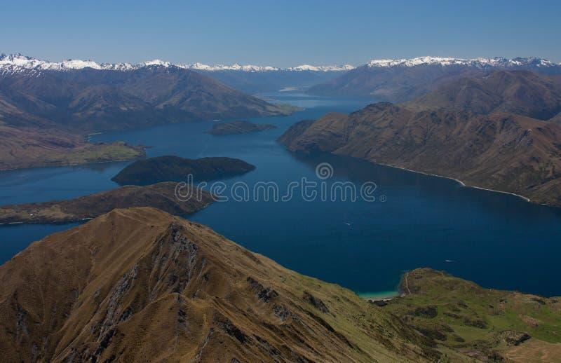 La vista famosa dal Roy' picco di s nel lago Wanaka e le montagne in Nuova Zelanda immagini stock libere da diritti