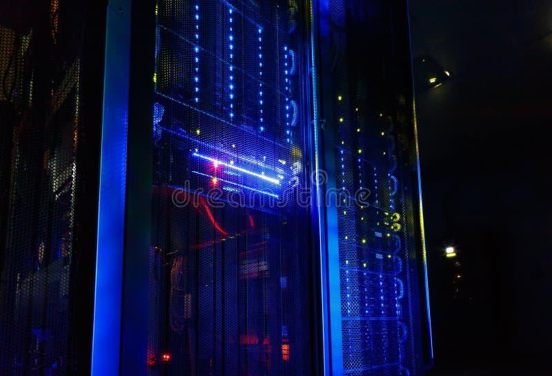 La vista fantástica de la unidad central en centro de datos rema fotografía de archivo