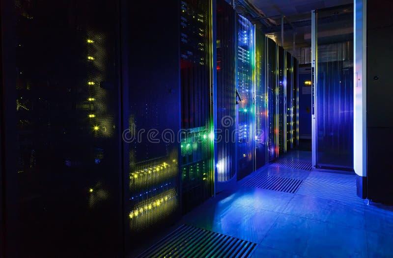 La vista fantastica dell'elaboratore centrale nel centro dati rema immagine stock libera da diritti