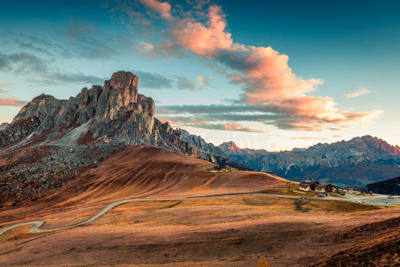 La vista fantastica di mattina dalla cima del passaggio di Giau con Ra Gusela famoso, Nuvolau alza nel fondo fotografie stock libere da diritti