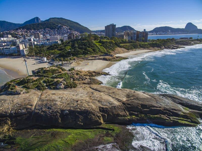 La vista fra due belle spiagge Spiaggia di Arpoador, spiaggia del ` s del diavolo, distretto di Ipanema di Rio de Janeiro Brazil immagine stock