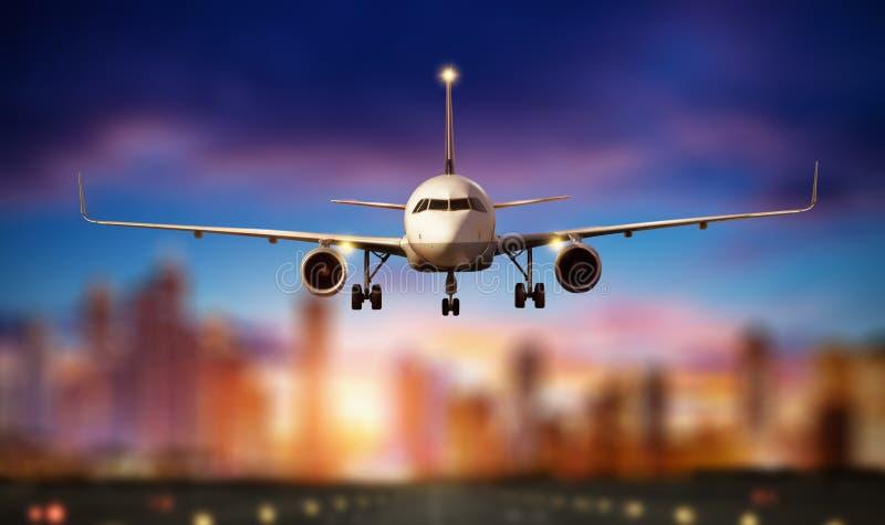 La vista frontale dell'aeroplano commerciale, offusca la città moderna su fondo fotografia stock libera da diritti