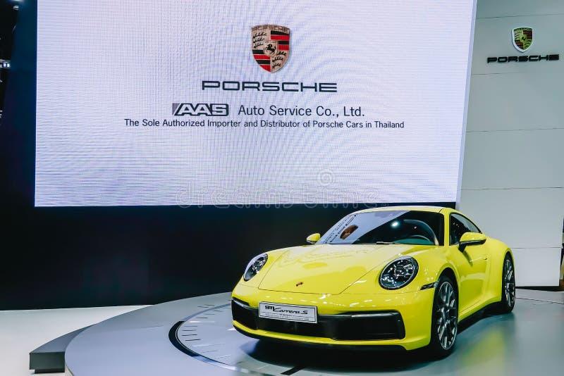 La vista frontale dell'automobile di lusso di colore giallo di Porsche 911 Carrera S, automobile sportiva eccellente ha presentat immagine stock libera da diritti