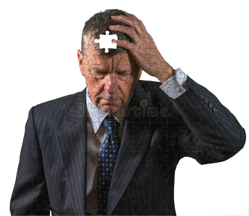 La vista frontale dell'uomo caucasico senior si è preoccupata per perdita e demenza di memoria immagini stock libere da diritti