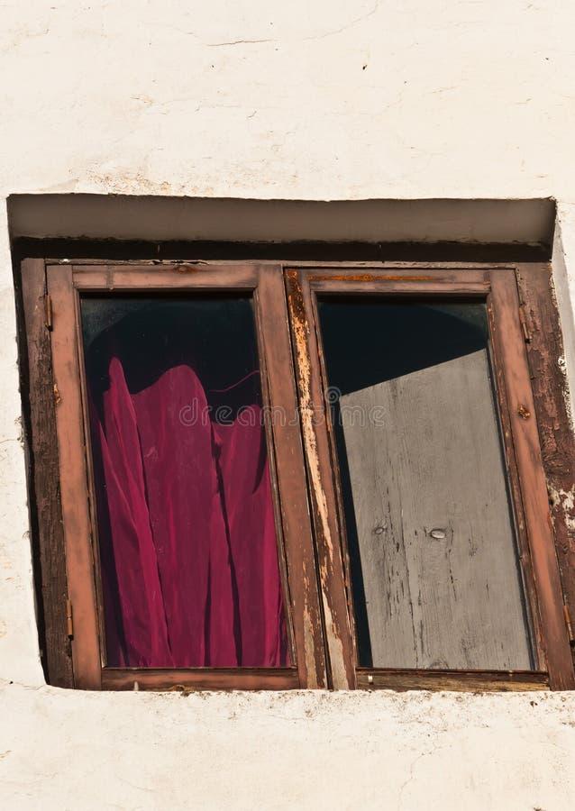 La vista frontale della finestra, copre ed otturatore dell'hotel d'annata in Spagna fotografia stock