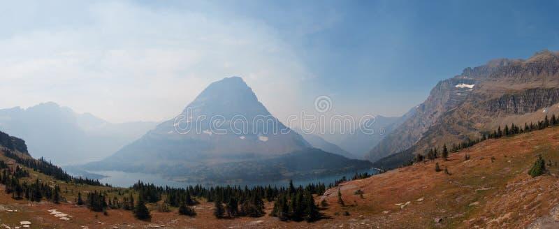 La vista fumosa della montagna di Bearhat veduta dalla traccia di escursione nascosta del lago trascura nel duirng del Glacier Na immagini stock