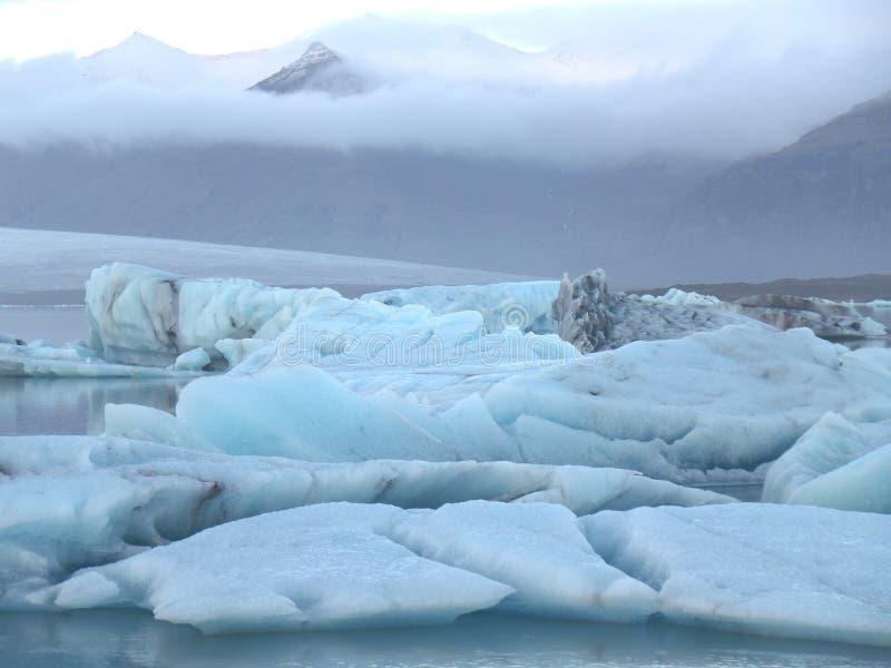 La vista imponente de los icebergs azules que flotan en la laguna del glaciar de Jokulsarlon, Islandia fotografía de archivo