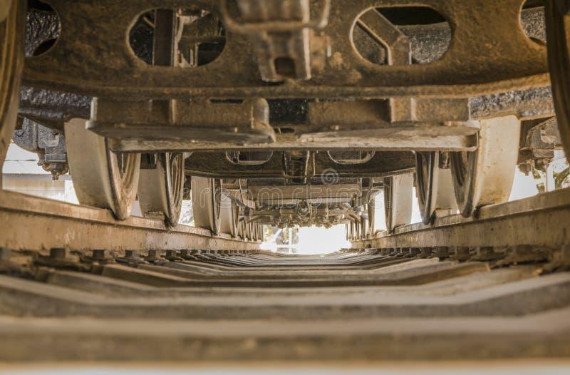 La vista inferior de una locomotora entre los carriles y rueda adentro Asuk fotos de archivo libres de regalías