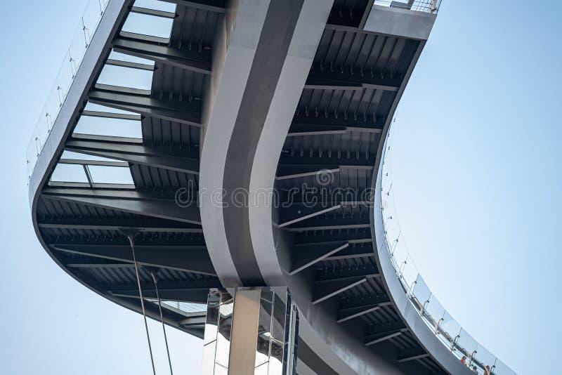 La vista inferior del puente moderno, la estructura inferior del puente de la autopista fotos de archivo
