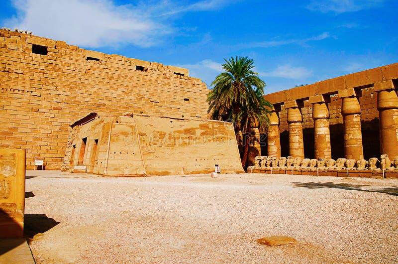 La vista interna del complesso del tempio di Karnak, comprende una vasta miscela le tempie decomposte, le cappelle, i piloni ed a immagini stock libere da diritti