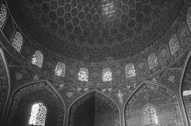 La vista interna della cupola alta della moschea dello scià in Sfahan, Iran ha coperto di mattonelle policrome del mosaico, proge immagine stock libera da diritti
