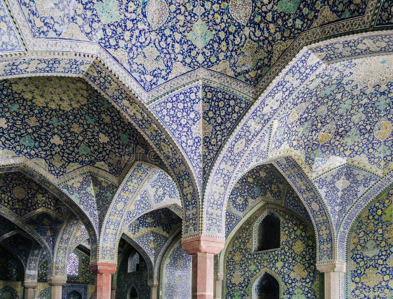La vista interna della cupola alta della moschea dello scià in Sfahan, Iran ha coperto di mattonelle policrome del mosaico, proge immagini stock