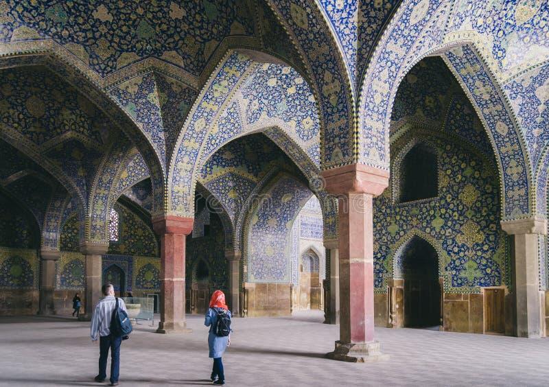 La vista interna della cupola alta della moschea dello scià in Sfahan, Iran ha coperto di mattonelle policrome del mosaico, proge fotografia stock libera da diritti
