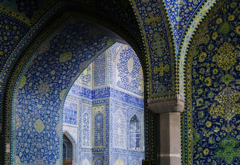 La vista interna della cupola alta della moschea dello scià in Sfahan, Iran ha coperto di mattonelle policrome del mosaico, proge immagini stock libere da diritti