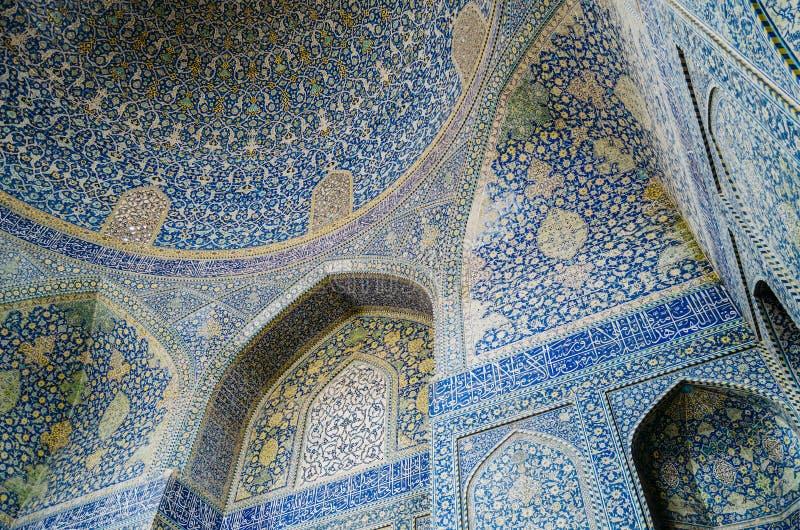La vista interna della cupola alta della moschea dello scià in Sfahan, Iran ha coperto di mattonelle policrome del mosaico, proge immagine stock