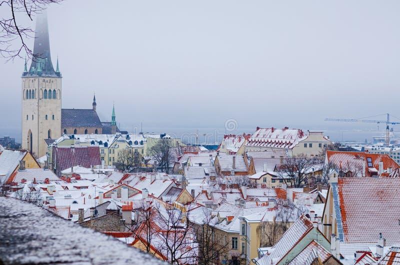 La vista invernale della città vecchia di Tallinn immagini stock libere da diritti
