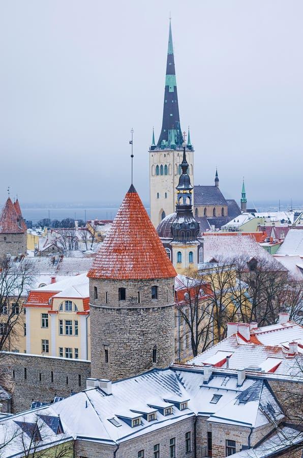 La vista invernale della città vecchia di Tallinn fotografia stock libera da diritti