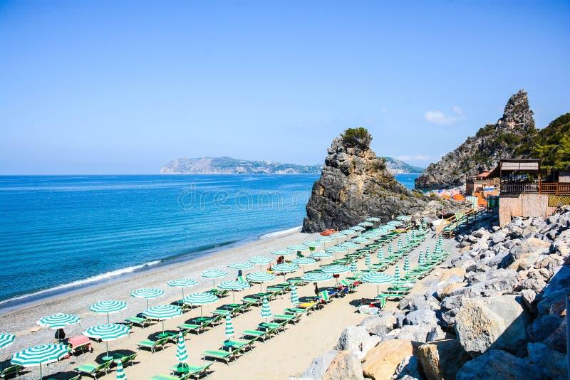 La vista italiana delle baie del ciclope abbaia in Palinuro fotografie stock