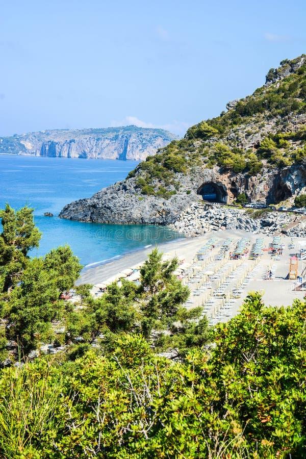 La vista italiana delle baie del ciclope abbaia in Palinuro fotografie stock libere da diritti
