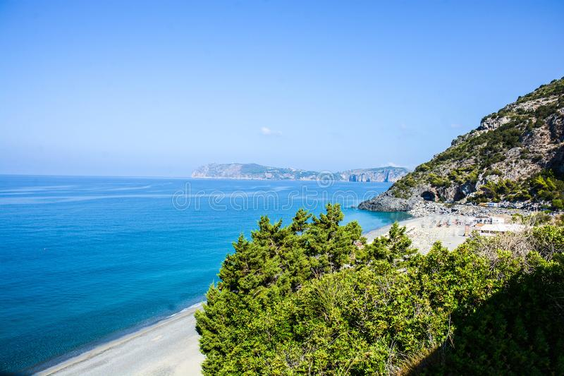 La vista italiana delle baie del ciclope abbaia in Palinuro immagini stock libere da diritti