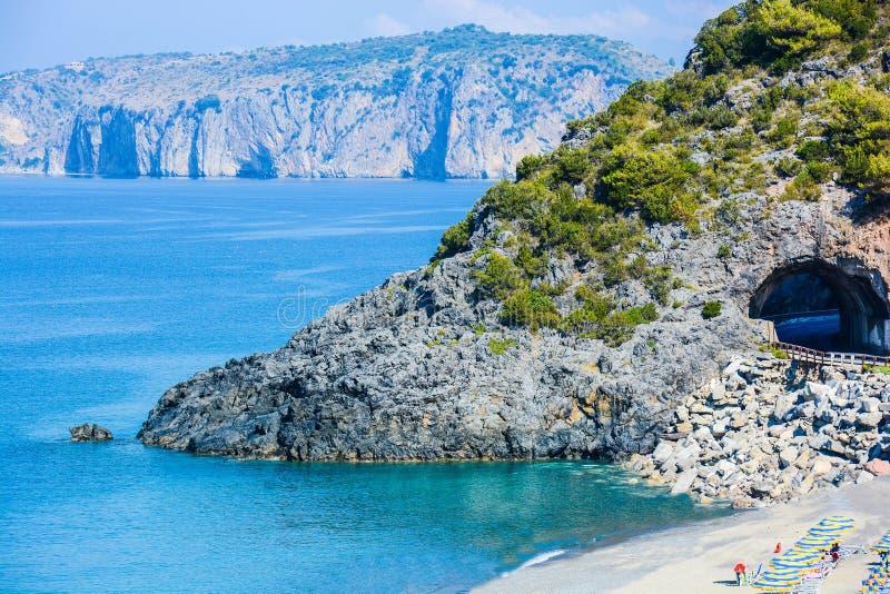 La vista italiana delle baie del ciclope abbaia in Palinuro immagine stock