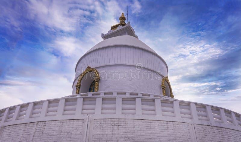 La vista lateral de Pokhara de la pagoda de la paz mundial fotos de archivo libres de regalías