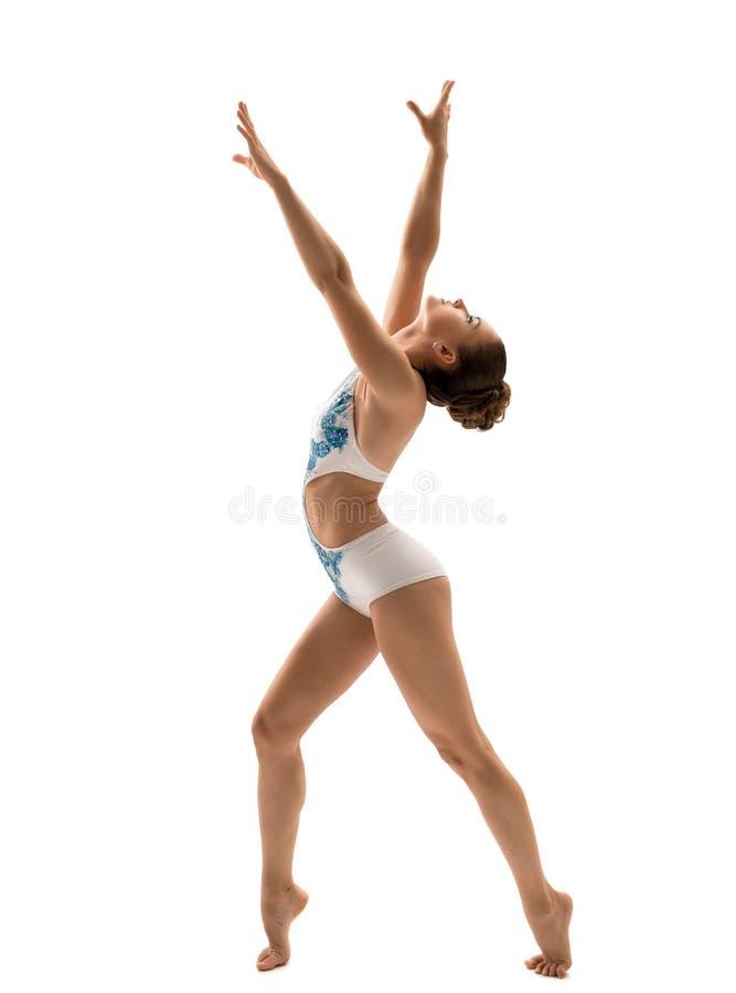 La vista lateral del gimnasta agraciado presenta durante entrenamiento fotografía de archivo