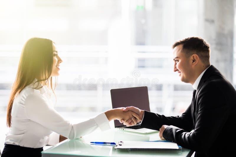 La vista laterale dell'agitazione dei partner della donna e dell'uomo consegna la tavola, il contatto oculare di mantenimento, im fotografia stock