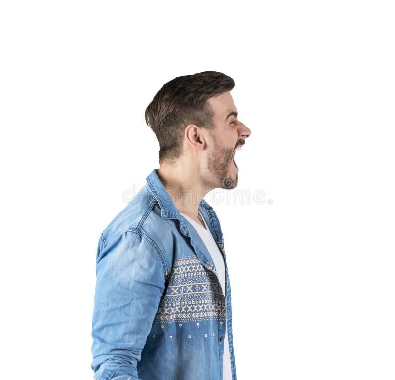 La vista laterale dell'uomo nella collera che grida fortemente con la bocca si è aperta immagine stock