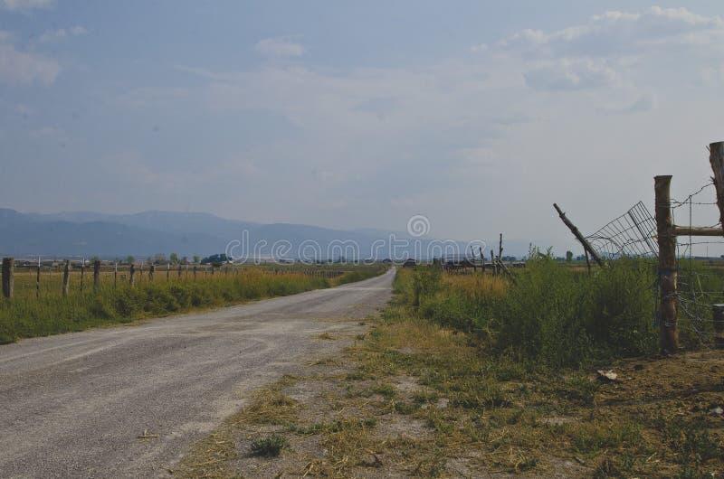 La vista laterale della strada campestre lunga fotografie stock
