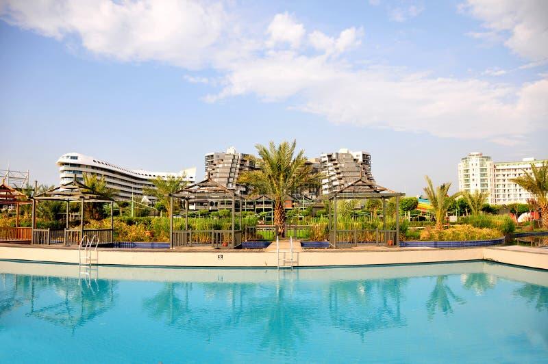 La vista a Limak Lara Deluxe Hotel dagli stagni parteggia fotografie stock libere da diritti