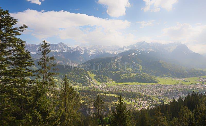 La vista a la masa del zugspitze y el garmisch de wank la montaña foto de archivo