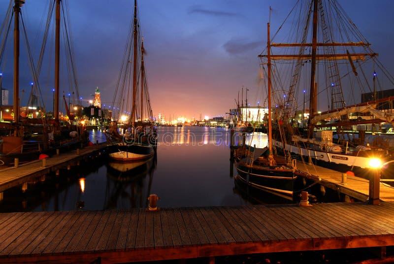 La vista nocturna del embarcadero de Bremerhaven, Alemania fotografía de archivo libre de regalías