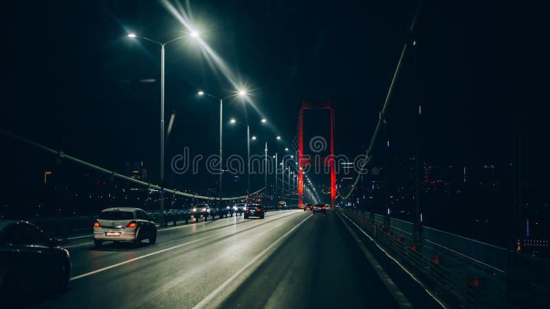 La vista nocturna del puente de Bosphorus, Fatih Sultan Mehmet, Estambul fotografía de archivo